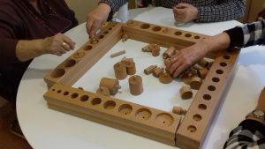 Montessori para mayores usando los cilindros con botón