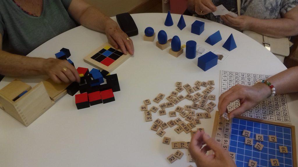 Trabajando con material Montessori